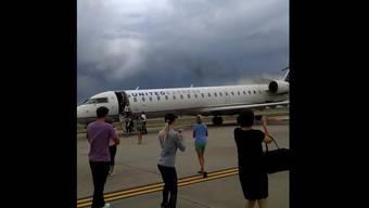 Kaum den Flammen entronnen und noch im Laufschritt zücken die evakuierten Passagiere praktisch gleichzeitig ihre Handys.