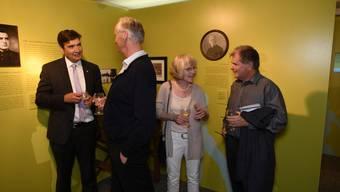 Stadtpräsident François Scheidegger (l.) und Charly Diethelm, Gesamtleiter des Bachtelen (r.) unterhalten sich mit Robert und Irene Girard, den direkten Nachkommen des Bachtelenbad-Gründers Josef Girard.