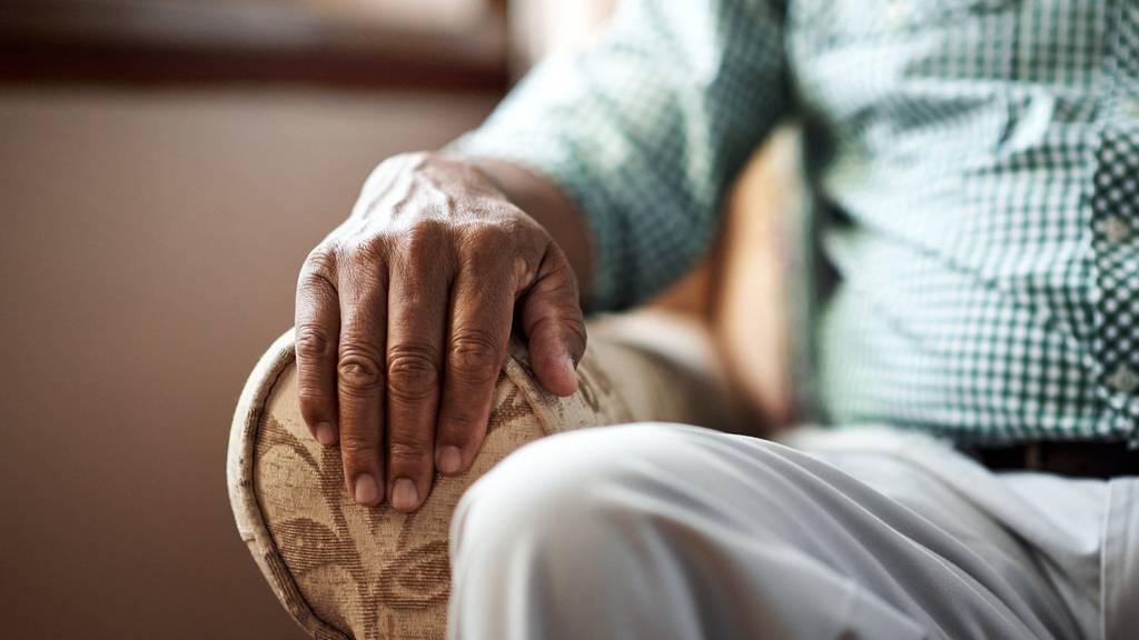 Frau beklaut Rentner, während er daheim ist