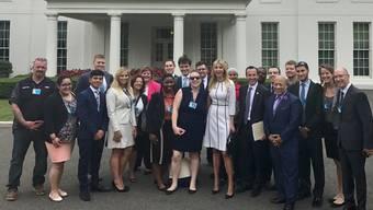 Ivanka Trump (im weissen, gestreiften Kleid) empfängt Firmenvertreter.HO