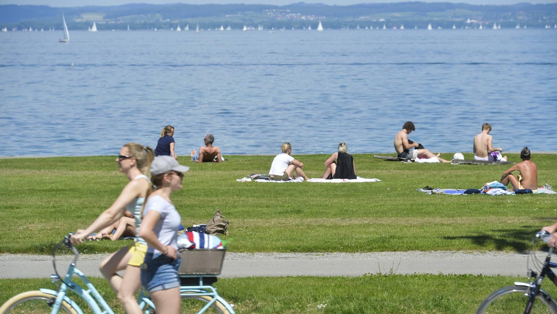 Sonnenhungrige geniessen ihre Freizeit in Arbon am Bodensee.