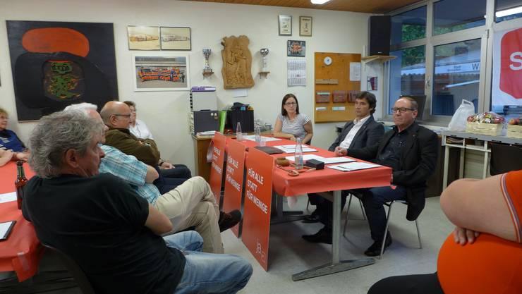 Gemeinderätin Angela Kummer, Stadtpräsident François Scheidegger ( FDP) als Gast  und Parteipräsident Remo Bill, von links, am SP-Anlass im Werkhof