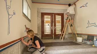 Sabine Maurer restauriert die Wandmalereien von Alfred H. Pellegrini.