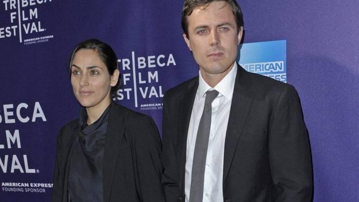 Die Schauspielerin Summer Phoenix (l) hat die Scheidung von Casey Affleck (r) eingereicht. (Archivbild)