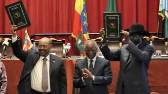 Omar al-Baschir (links) und Salva Kiir (rechts) nach der Unterzeichnung der Abkommen im vergangenen September