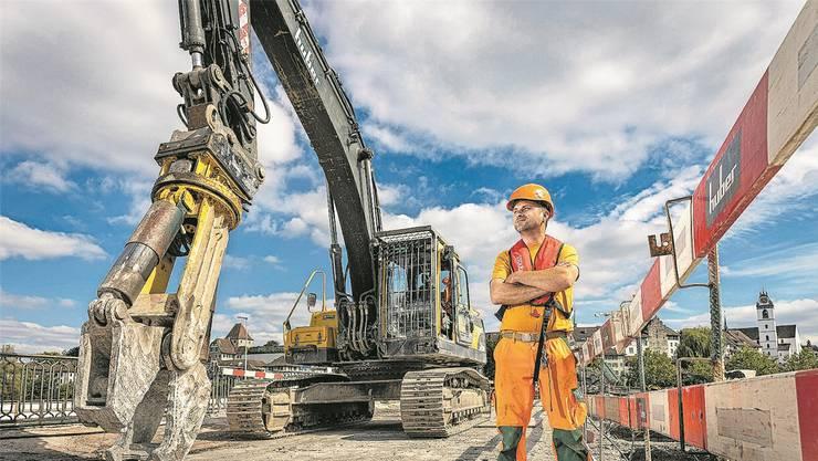 Andreas Hochuli ist einer der Maschinisten, welche die Aarauer Kettenbrücke Stück für Stück verschwinden lassen. Bild: Chris Iseli