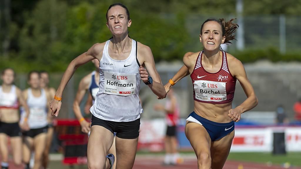 Lore Hoffmann und Selina Büchel lieferten sich an den Schweizer Meisterschaften in Basel über 800 m einen packenden Zweikampf