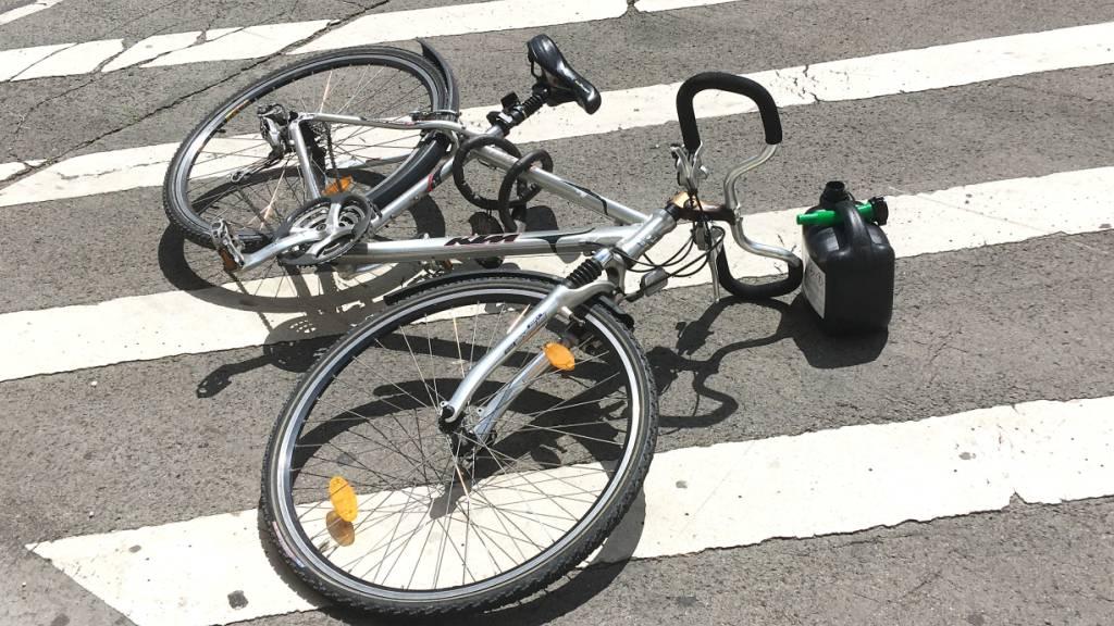 Velofahrerin kollidiert mit Auto, Autolenkerin fährt weiter – Zeugen gesucht