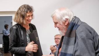 Grossratspräsidentin Edith Saner beschenkt Kurt Hediger.