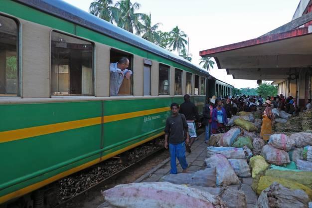 Bahnhof in Manakara mit Gütern, die zugeladen werden