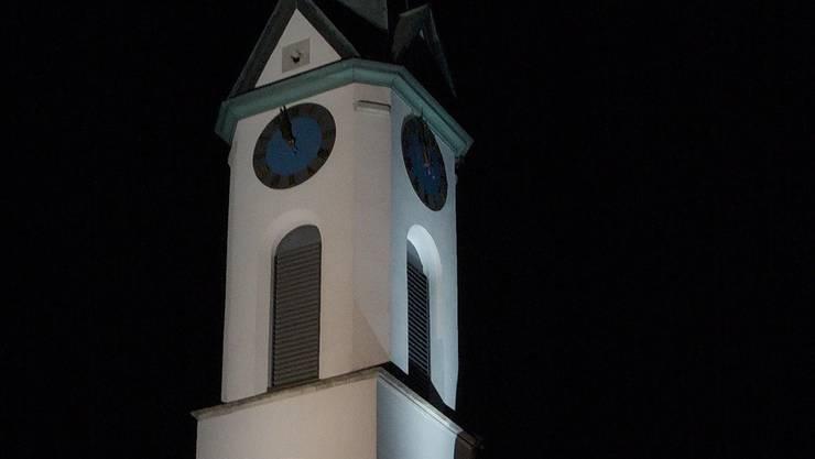 Schöner Akzent oder unsinnig? Beleuchtete reformierte Kirche.kae