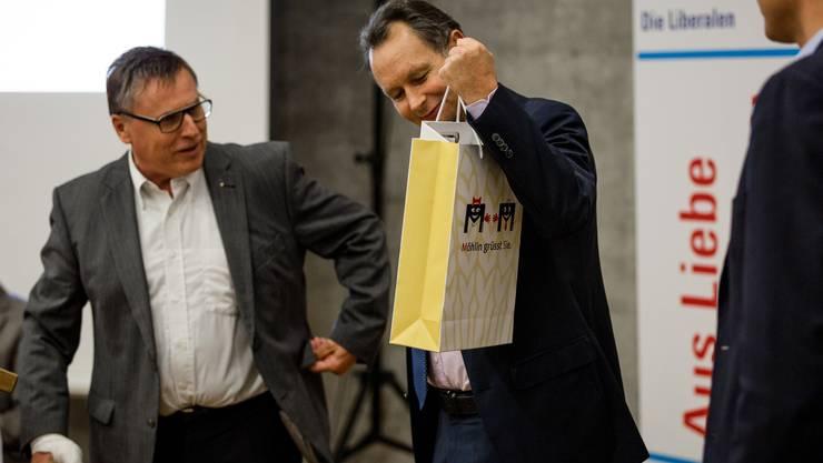Fredy Böni (links), Gemeindeammann von Möhlin, hält eine kurze Ansprache und übergibt Philipp Müller ein Geschenk