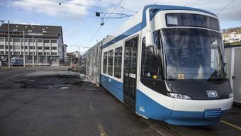 Bis zur bestandenen Kontrolle darf jedes Tram nur noch mit reduzierter Höchstgeschwindigkeit von 42 Stundenkilometern verkehren. (Archiv)