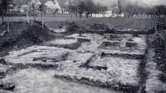 Ein altes Grabungsbild von den Baderäumen einer römischen Villa.