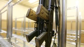 Schweizer Armeeangehörige dürfen beim Austritt weiterhin die Waffe kaufen und privat besitzen. (Symbolbild)