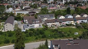 Das Areal «Alti Sagi» (Vordergrund) an der Mittelgäustrasse: Drei Mehrfamilienhäuser mit je zwei Vollgeschossen und einer Attikawohnung finden hier Platz.