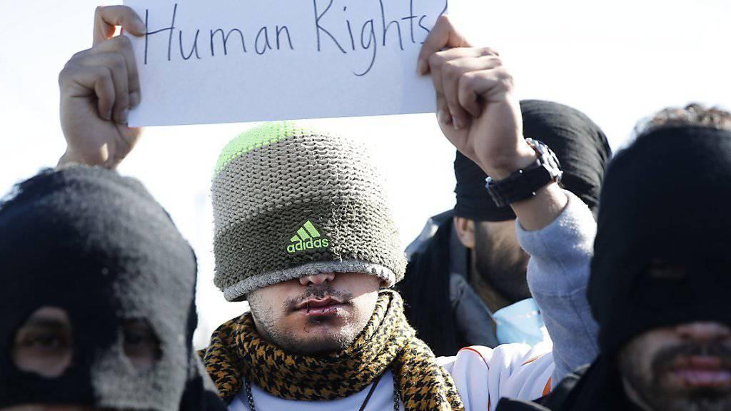 Mit zugenähten Lippen protestieren Flüchtlinge in Calais gegen die Räumung des Flüchtlingslagers.