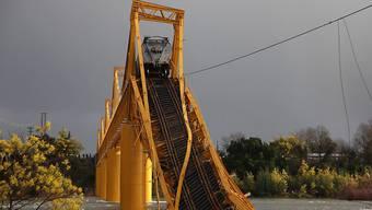 Die Eisenbahnbrücke über den Fluss Tolten in Chile ist eingestürzt.