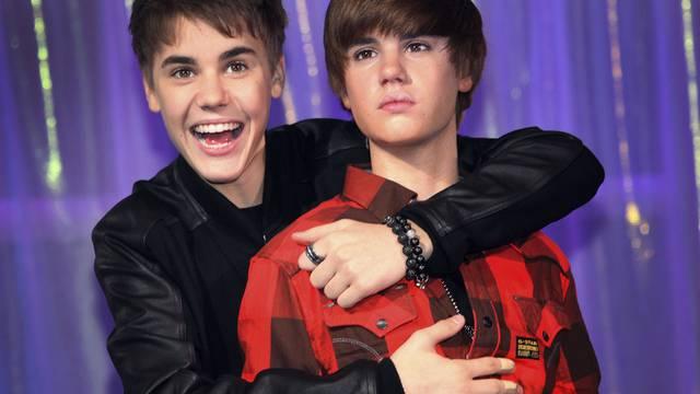 Justin Bieber umarmt seine Wachs-Double in London
