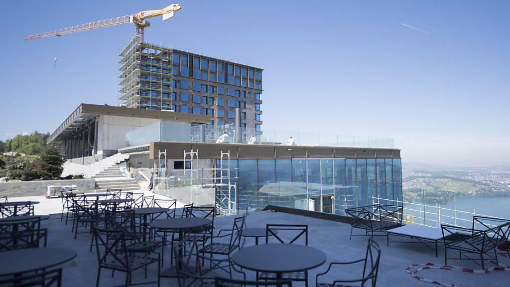 Derzeit wird noch gebaut - Ende August nehmen dann die ersten beiden neu gebauten Hotels des Innerschweizer Luxushotel- und -residenzenresort Bürgenstock den Betrieb auf. (Archiv)