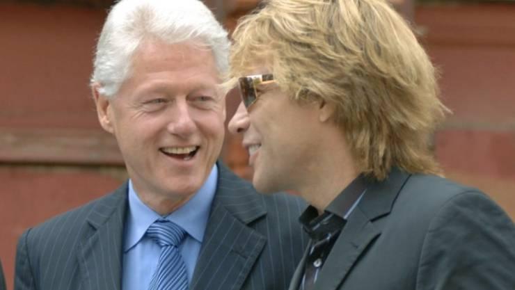Feierten am Dienstag gemeinsam: Bill Clinton (l) und Jon Bon Jovi (Archiv)