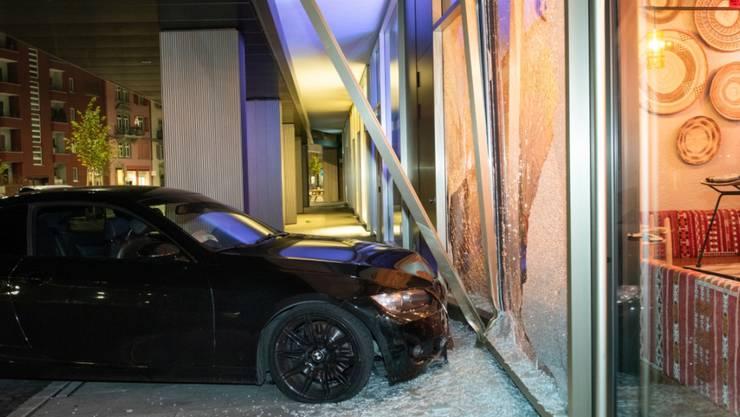 Ein 19-jähriger Autolenker ist in der Nacht auf Samstag mit seinem ausser Kontrolle geratenen Fahrzeug in das grosse Fenster eines Restaurants in Zürich gefahren.