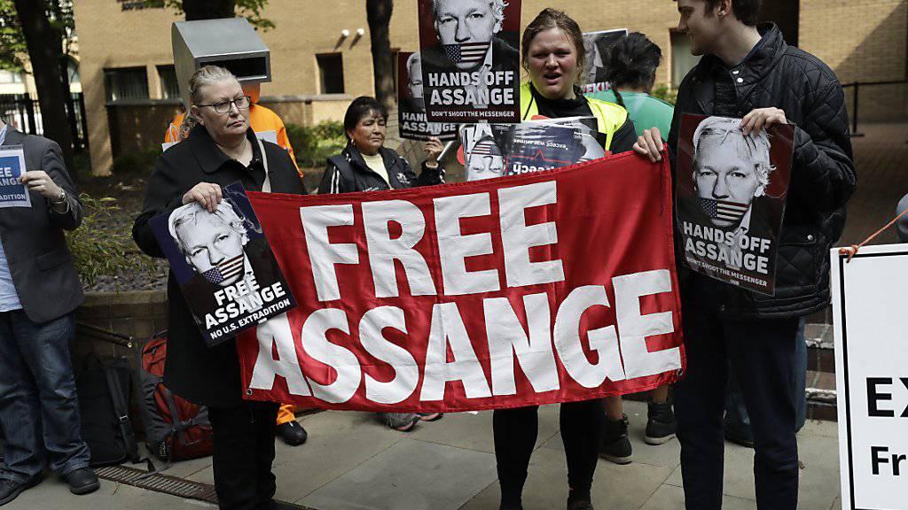 Demonstranten forderten vor dem Gerichtsgebäude die Freilassung von Assange.