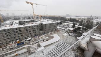 Hier geht die Post ab. Blick von der Dachterrasse des alten Felix-Platter-Spitals auf das neue, welches 2019 bezugsbereit sein soll. Auf dem Areal der einstöckigen Gebäude und auf dem Parkplatz kommen die sechsgeschossigen Neubauten zu stehen. Ganz rechts eines der beiden Personalhäuser.