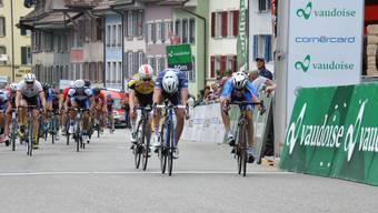 Die Schlussetappe des GP Rüebliland in Aarburg wurde im Spurt entschieden. Der Italiener Stefano Oldani (ganz rechts) gewinnt hauchdünn vor dem Franzosen Tanguy Turgis und Marc Hirschi, der als bester Schweizer den dritten Rang erspurtete (in gelb).
