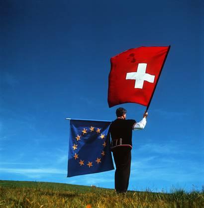2000 – Ja zu Bilateralen I: Die Schweiz und die EU nahmen Ende 1994 Verhandlungen auf für den Abschluss von sektoriellen Abkommen. Am 21. Juni 1999 konnten sieben Abkommen abgeschlossen werden: Freizügigkeit, technische Handelshemmnisse, öffentliche Aufträge, Landwirtschaft, Landverkehr, Luftverkehr und Forschung. Das Volk stimmte diesen Bilateralen I am 21. Mai 2000 mit 67,2 Prozent Ja-Stimmen zu. Die Stimmbeteiligung lag bei 48 Prozent.