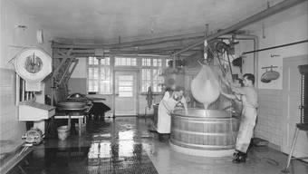 Die Käserei Schöftland, gebaut 1937, mit Adolf Schüpbach senior links und zwei Angestellten. So sah sie bis zum Umbau 1980 aus. zvg