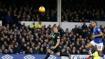 Xherdan Shaqiri erzielt mit einem Heber das 2:1 für Stoke gegen Everton