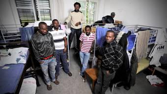 Gestrandet: 14 Nigerianer leben hier im Durchgangszentrum Friedeck in Buch SH auf engstem Raum - nicht alle wollten aufs Bild. (Emanuel Freudiger)