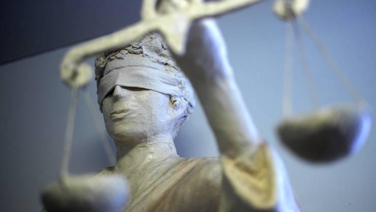 Wer nach einer rechtskräftigen Verurteilung begnadigt werden will, bleibt anonym. Das gefällt nicht allen. Im Bild: Justitia-Statue im Amtsgericht Hannover.
