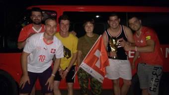 Schweizer Fussballer-Fans mit Journalistin Anna Dombrowskaja in der Ukraine.