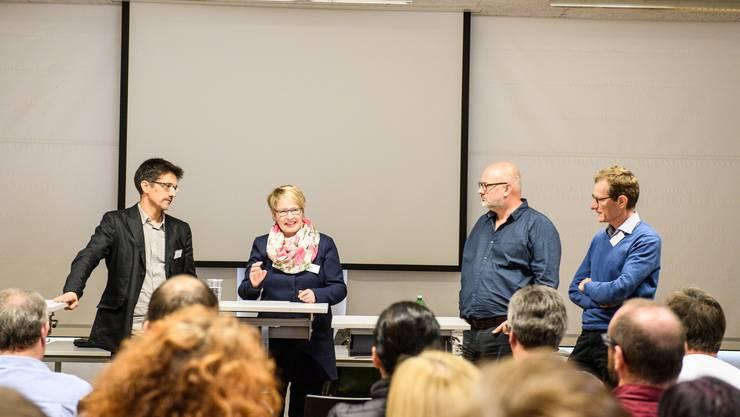 Diskutierten engagiert über Lehrplan 21 (v.l.): René Steiner, Yolanda Klaus, Daniel Hunziker, Adrian van der Floe.