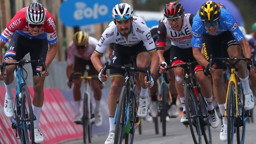 Mathieu van der Poel (links) oder Wout van Aert (rechts)? Oder doch Weltmeister Julian Alaphilippe (mitte)? Das Trio dürfte den Sieg beim Klassiker Mailand-Sanremo unter sich ausmachen - wie im Bild in der 2. Etappe des Tirreno
