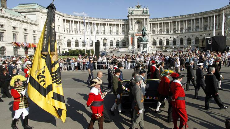 Der Sarg mit dem Verstorbenen wird am Kaiserpalast vorbeigetragen