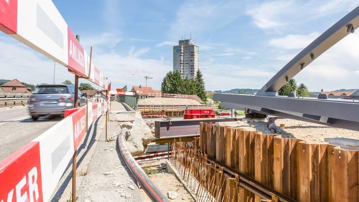 Die Baustelle an der Bernstrasse in Oftringen: Hier wird die neue Bogenbrücke über die Geleise der SBB gebaut.