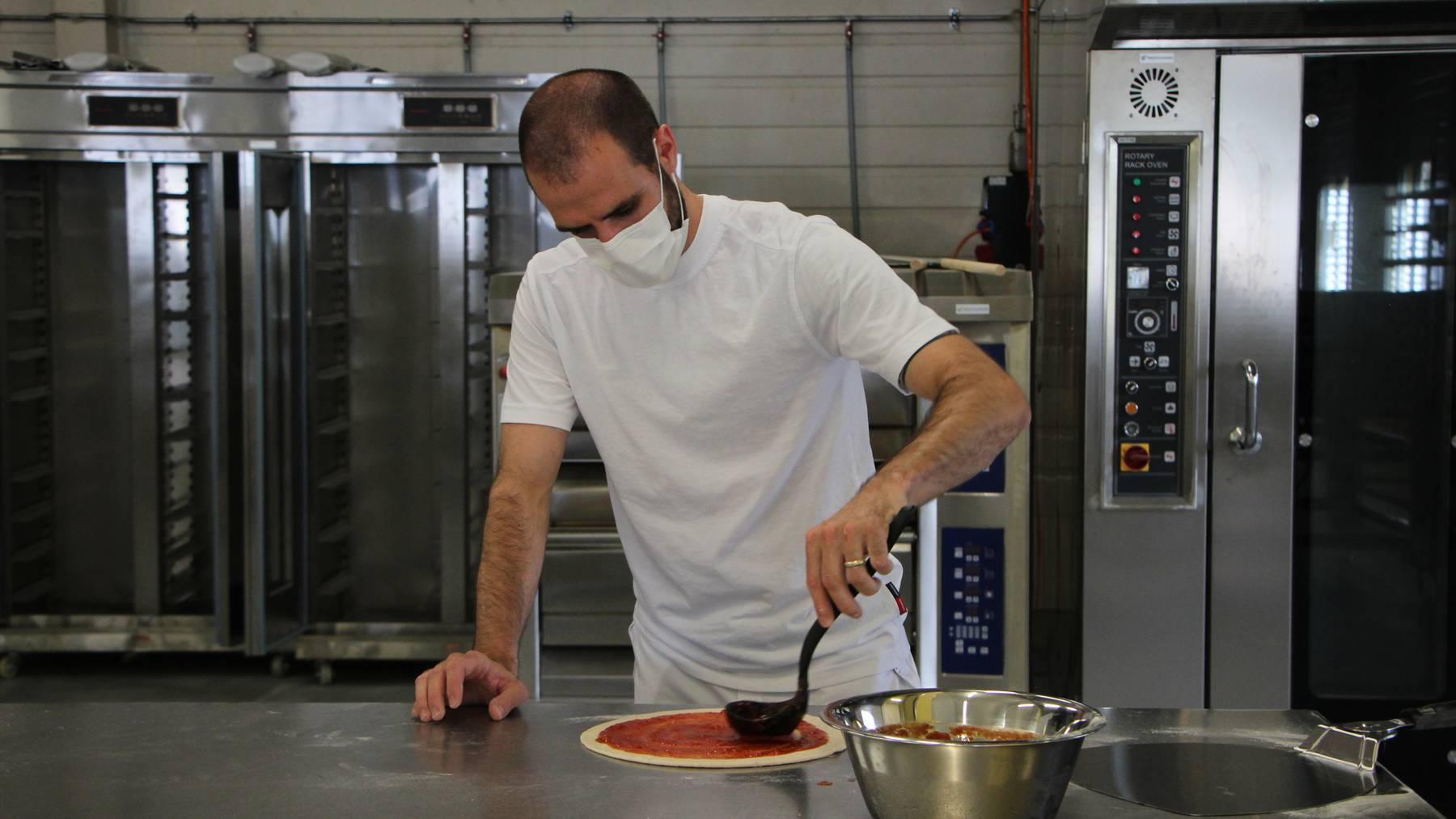 Yves Habermacher bei der Pizza-Produktion