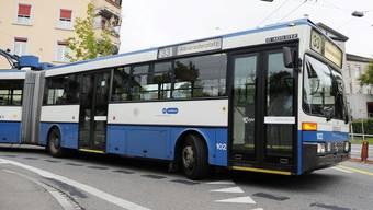 Der Mann prallte gegen die Verglasung, als der Bus abbog. Er zog sich mittelschwere Verletzungen zu. (Themenbild)