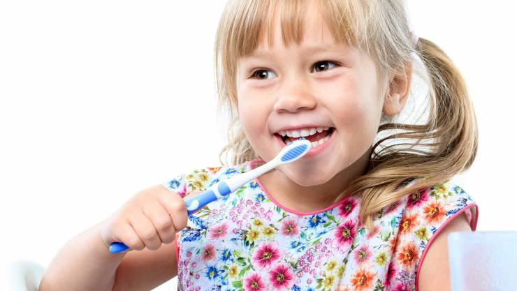 Mädchen putzt sich die Zähne