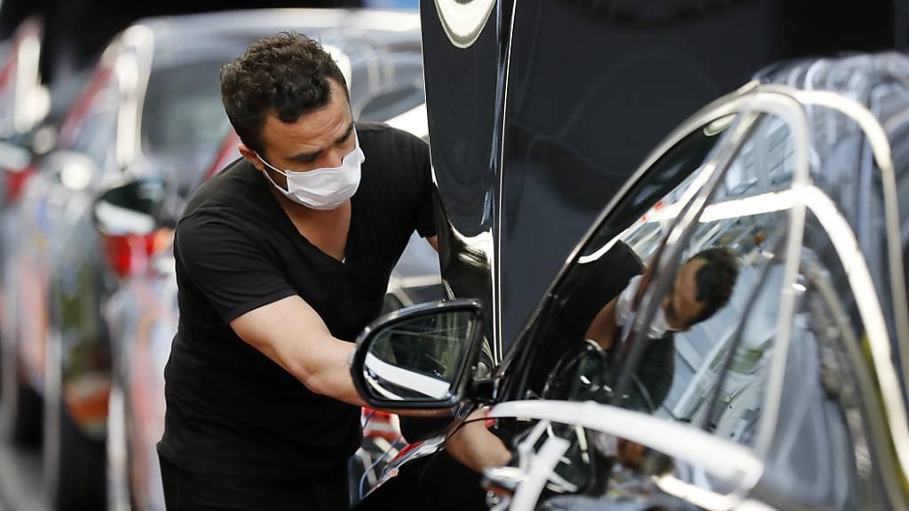 Der deutschen Industrie ging es auch schonmal besser: ein Mercedes-Arbeiter (Symbolbild).