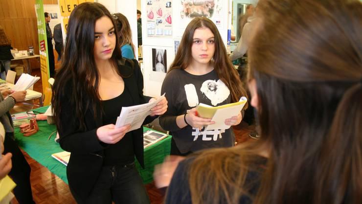Zwei Schülerinnen im Gespräch über den Beruf Fachfrau Betreuung.