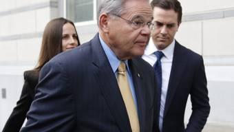 Senator Robert Menendez auf dem Weg zum Gericht, in Begleitung seiner Tochter Alicia und seines Sohnes Robert Jr.