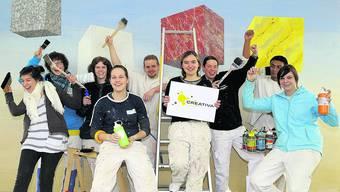 Kreativ, motiviert und mit Freude am Werk: Eine Gruppe der 200 Aargauer Maler-Lernenden vor einer praktischen Lektion an der Berufsschule Aarau.   Foto: Gerry Frei