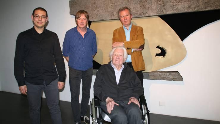 An einer Vernissage wurden das Werk«Unendliche Fläche und Kreation» und der Weg dahin präsentiert. Im Bild:Tyrone Richards, Daniel Waldner, Erwin Rehmann und Christoph Rehmann-Sutter (von links) vor dem Kunstwerk.