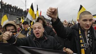 Junge Ultranationalisten marschieren mit schwarz-weiss-gelben Fahnen durch Moskau