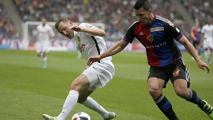 Der Basler Marek Suchy (rechts) kämpft mit Alexander Gerndt um den Ball.