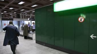 Ein Mann geht am Flughafen Zürich durch den Zoll (Symbolbild)